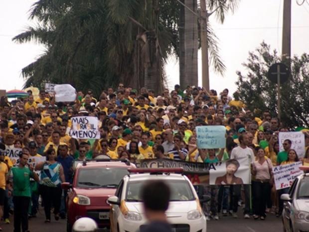 Protestos - Grupo protesta contra a presidente Dilma Rousseff em Rio Verde - GO (Foto: Jones Divino/ TV Anhanguera)