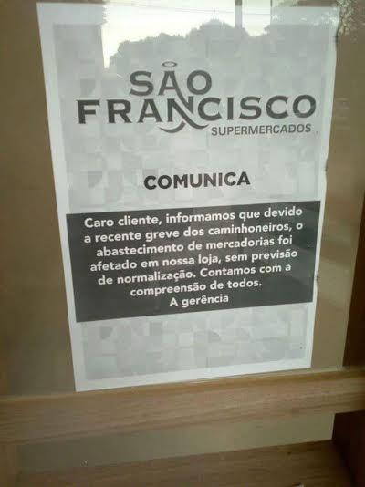 Imagem do dia - Greve MS - Comunicado no supermercado em Dourados (MS)