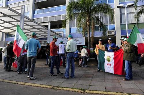 Agricultores protestam no prédio do Incra