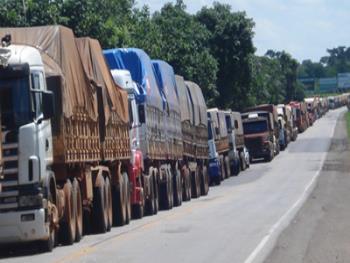 Resultado de imagem para fotos de caminhoneiros em greve