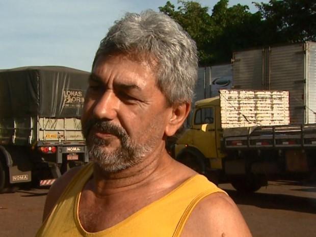 Imagem do dia - Greve SP - Ennes Filho queria ter voltado para casa no feriado, mas não conseguiu por causa do frete (Foto: Reprodução/ EPTV)