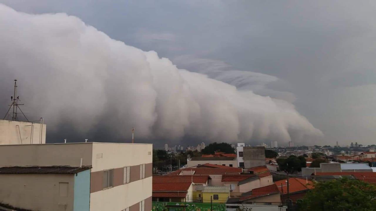 Nuvem em Campinas (SP). Envio de de Jacira Casellatto.