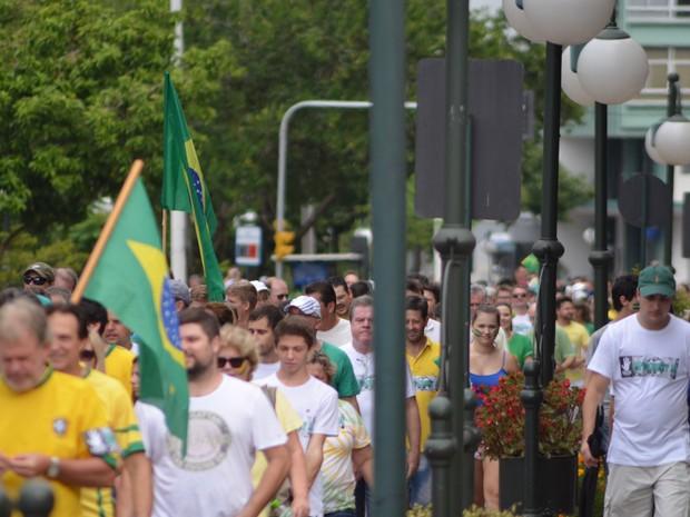 Protestos - Protesto em Blumenau (SC) reuniu milhares de pessoas (Foto: Maurício Cattani /RBS TV)