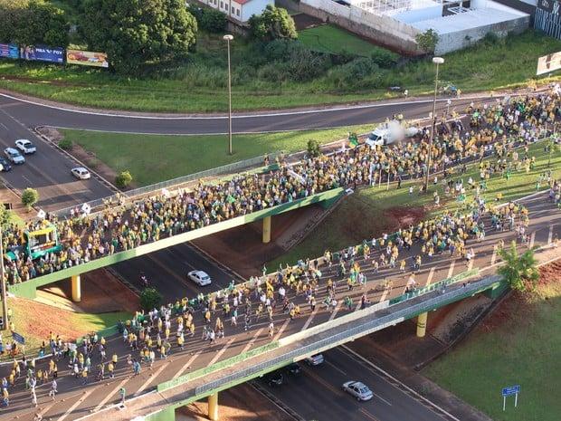Protestos - Imagem do alto mostra manifestantes no pontilhão sobre rua Ceará em Campo Grande (MS) (Foto: Gustavo Arakaki/TV Morena)