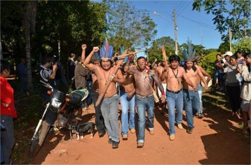 Índios bloqueiam Fazenda Buriti