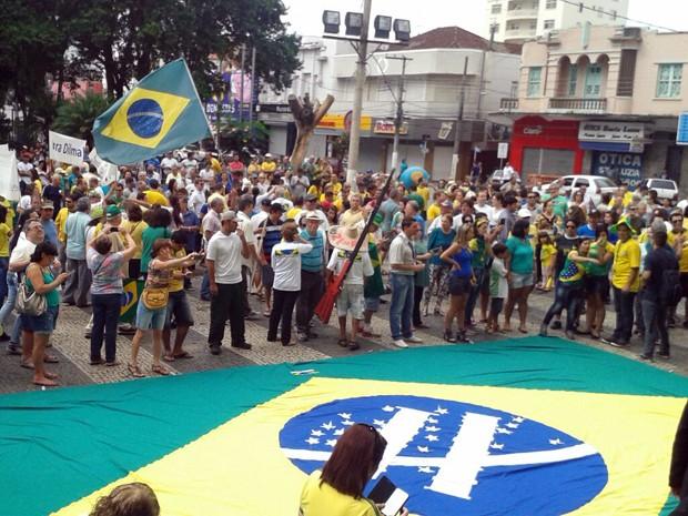 Protestos - Cerca de 4 mil pessoas fazem protesto em Pouso Alegre (MG) (Foto: Thiago Luz / EPTV)