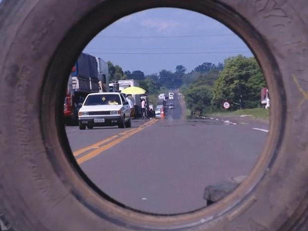 Imagem do dia - Greve RS - Pneus são usados para bloquear o trânsito em algumas rodovias gaúchas (Foto: Reprodução/RBS TV)