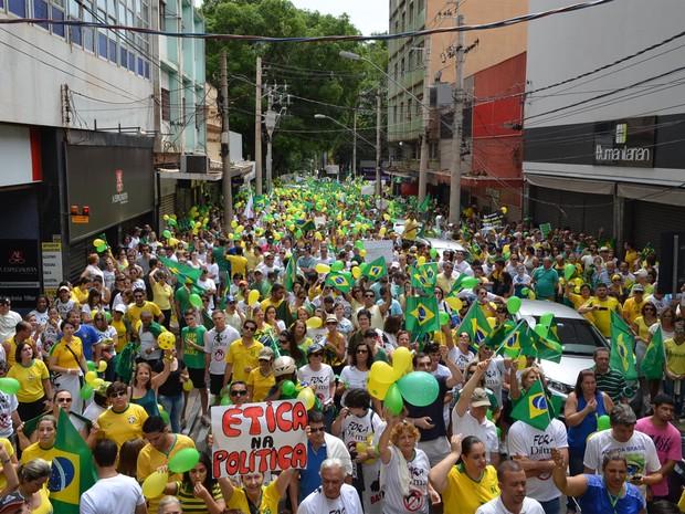 Protestos - Segundo organizadores, 50 mil pessoas foram às ruas em Ribeirão Preto (SP) para protestar contra a corrupção (Foto: Fernanda / Testa G1)