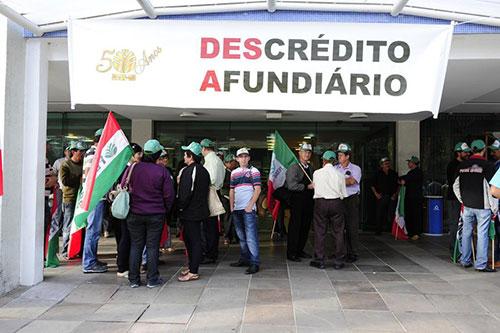 Agricultores protestam no prédio do Incra 2