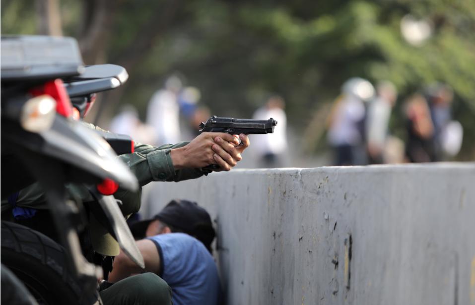 Disparos são ouvidos em manifestação de Guaidó próximo a base aérea em Caracas, dizem testemunhas