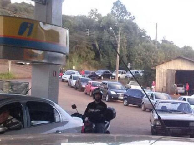 Imagem do dia - Greve SC - Veículos fazem fila em posto de gasolina em Concórdia, no Oeste de SC (Foto: Michel Teixeira/Atual FM)