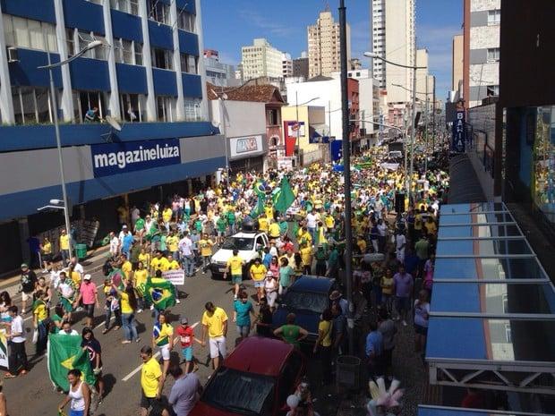 Protestos -  Manifestantes caminharam pelas ruas de Ponta Grossa, no Paraná (Foto: Rafael Poyer/ RPC)