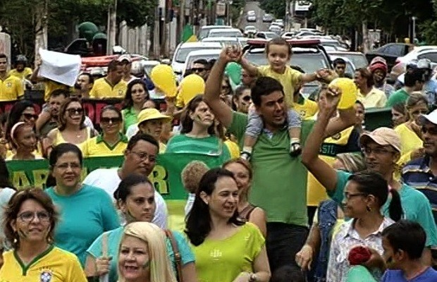 Protestos - Pais levam crianças para o protesto em Itumbiara (GO) (Foto: Reprodução / TV Anhanguera)