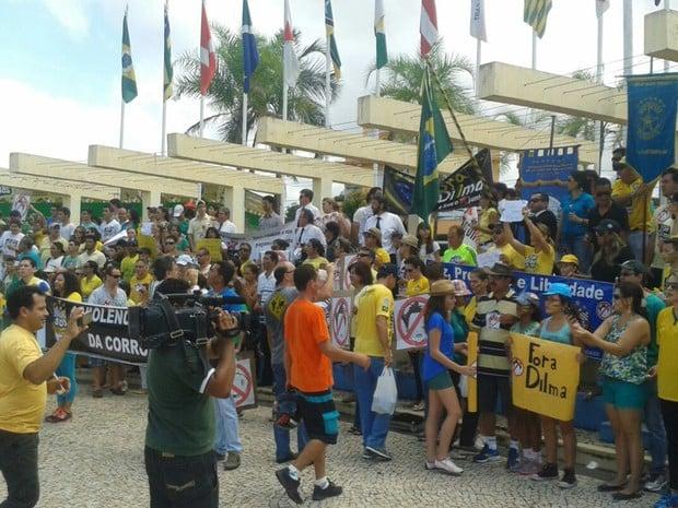Protestos -  Manifestantes seguiram até a Praça da Bandeira em Araguaína (TO) (Foto: Lucas Ferreira / TV Anhanguera)