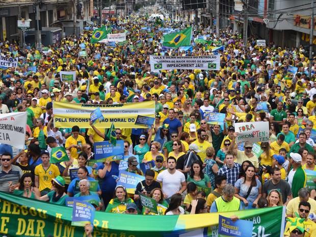 Protestos - Manifestantes foram às ruas para protestar contra Dilma, em Campinas (Foto: Fernando Pacífico / G1 )