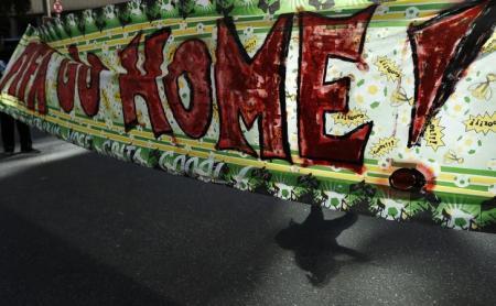 Protestos na Copa - Faixa Fifa Go Home - Reuters