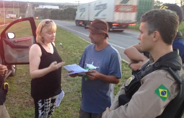 Imagem do dia - Greve GO - Oficial de Justiça entrega intimação a um dos caminhoneiros após desbloqueio (Foto: Sílvio Túlio/G1)