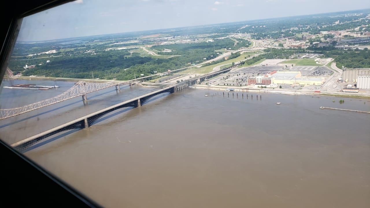 Porto de Saint Louis/Missouri rio cheio EUA 2019