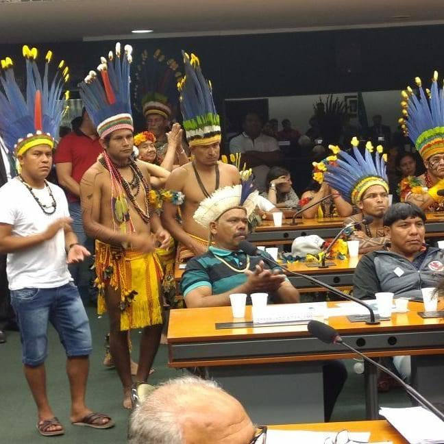 Nilson Leitão e indígenas
