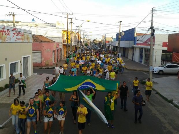 Protestos - Manifestantes em passeata por avenida de Imperatriz, no sul do Maranhão (Foto: Jeremias Alves / TV Mirante)
