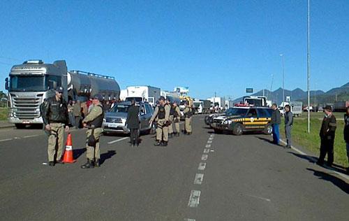 Manifestações no RS - Caminhoes - 03/07 - BR-101