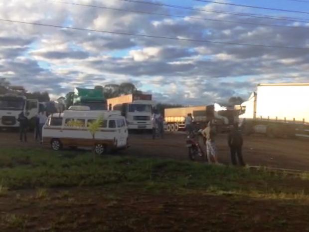Imagem do dia - Greve SC - Caminhoneiros começaram a se concentrar em margens de rodovias de SC (Foto: Michel Teixeira/Atual FM)