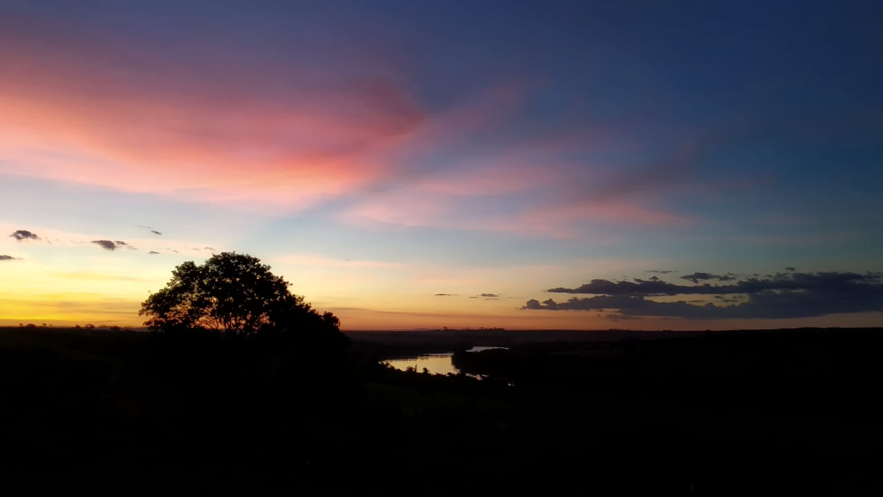 Pôr do sol na propriedade J.M. em Assis Chateaubriand (PR). Envio de Humberto Lourenço Marques