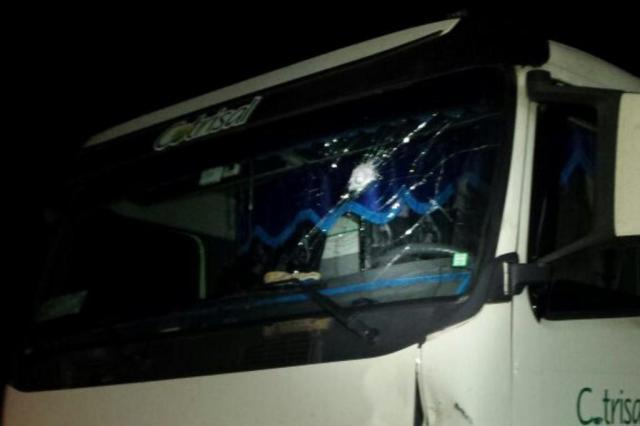 Imagem do dia - Greve RS - Motoristas que não pararam nos bloqueios tiveram o para-brisas do veículo apedrejado, segundo a PRF. Foto: PRF / Divulgação