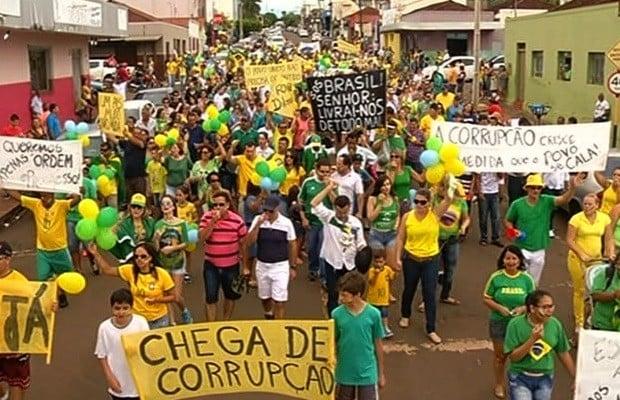 Protestos - Com faixas e cartazes, moradores protestam em Jataí (GO)(Foto: Reprodução / TV Anhanguera)