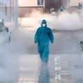 Voluntários com equipamento de proteção desinfetam uma estação ferroviária chinesa para combater o surto de novo coronavírus, em 4 de fevereiro de 2020 -  Reuters