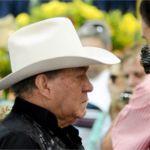 O cantor Milionário chega ao velório do companheiro de dupla, José Rico, na Câmara dos Vereadores de Americana (SP). Fernando Rosolen/UOL
