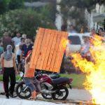 Greve RS - Os manifestantes acabaram recebendo apoio dos habitantes do município, o que intensificou o embate  que seguiu pela noite. Foto: Ronaldo Bernardi/Agencia RBS