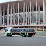 Greve DF - Caminhão com faixa em frente ao Estádio Nacional Mané Garrincha na manhã desta terça (3) (Foto: Isabella Calzolari/G1)