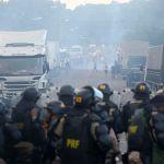 Greve em SC - Conflito entre manifestantes e agentes da Polícia Federal em Xanxerê (SC) (Foto: Marco Favero / Agência RBS/ Folhapress)