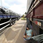Greve MG - Caminhoneiro dorme numa rede durante protesto na BR- 381, em Betim (MG) - Imagem da agência Reuters