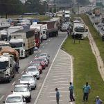 Caminhoneiros bloqueiam parte da BR- 116 em Curitiba (PR). Imagem da agência Reuters