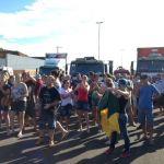 Greve RS - Mulheres e moradores se juntaram ao protesto em Três Cachoeiras (RS). Foto: Alexandre dos Santos/RBS TV