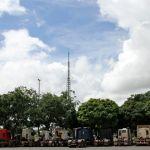 Greve DF - Caminhões chegam a Brasília e ficam estacionados em frente ao Estádio Nacional Mané Garrincha (Foto: Vianey Bentes/TV Globo)