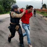 Greve RS - Manifestante é preso por Tropa de Choque da PRF (Foto: PRF/Divulgação)