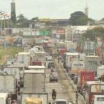 Greve CE - Protesto dos caminhoneiros deixa congestionamento na BR-116 (Foto: TV Verdes Mares/Reprodução)