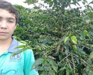 Bruno Sales na lavoura de café em São Pedro da União (MG), do produtor Devair Sales. Enviado por Fernando Barbosa