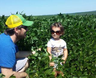 Avelino Ricardo Menegaz e sua filha Melissa na lavoura de soja em Jacutinga (RS), na Fazenda Idalina