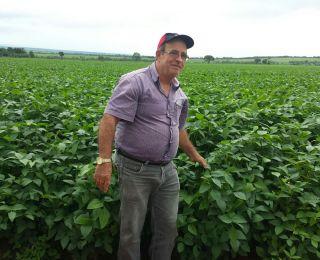 José Joaquim Barbosa de Freitas na lavoura de soja em Paracatu (MG)