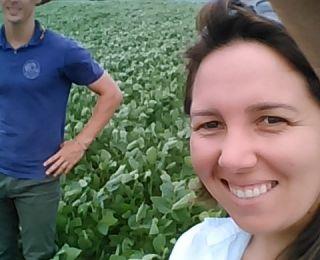 Engenheira Agrônoma Paula Bulow e o Técnico Agrícola Jonatas Valin na lavoura de soja em Capão Bonito do Sul (RS)