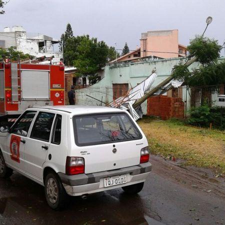 Equipes da Defesa Civil e dos Bombeiros atuam em área onde poste caiu e atingiu uma casa em Uruguaiana (RS) - Foto: Defesa Civil/Divulgação
