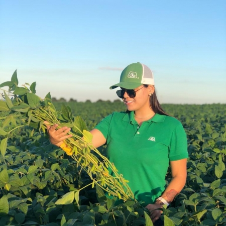 Fernanda Fonseca acompanhando o crescimento da soja em Vacaria (RS)
