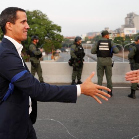 Juan Guaidó aparece ao lado de militares