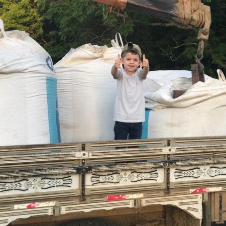 Murillo Garcia Dzierwa auxiliando no plantio da soja em Palmeira-PR. Foto: Marcel