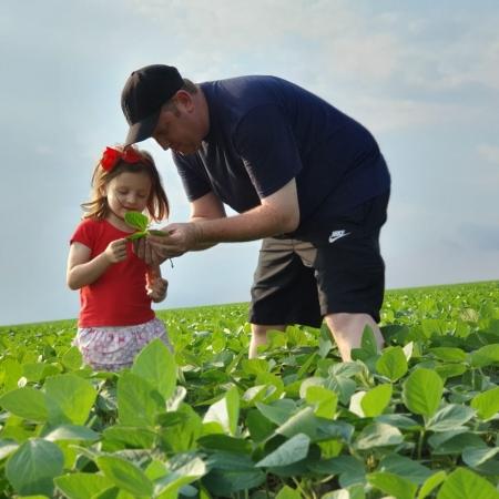Heloísa Schabel Poletto olhando a soja com seu pai Ivan Schabel em Santa Rosa del Monday - Paraguay. Envio de Ivan Schabel