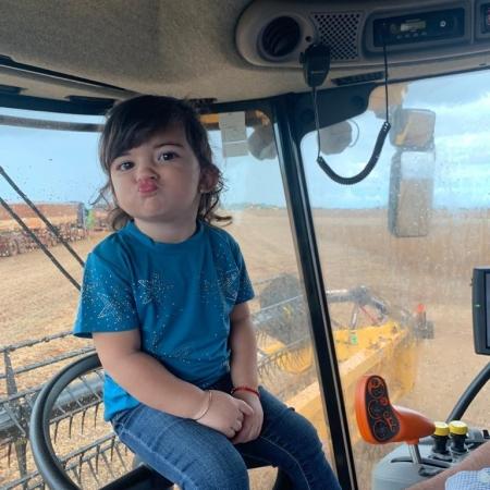 A netinha Maria Eduarda de 2 anos acompanhando o vovô em Tangarra da Serra (MT) - Produtor Rural Antônio Guzatti